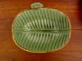 フランジパニ&バナナリーフの飾り皿(モスグリーン、バリ島タバナン焼き)IA009