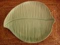 バナナリーフの飾り皿(グリーン ツヤ無し、バリ島タバナン焼き)IA022