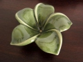 バリ島・タバナン焼き フランジパニのお花のお香立て(グリーン)IA030