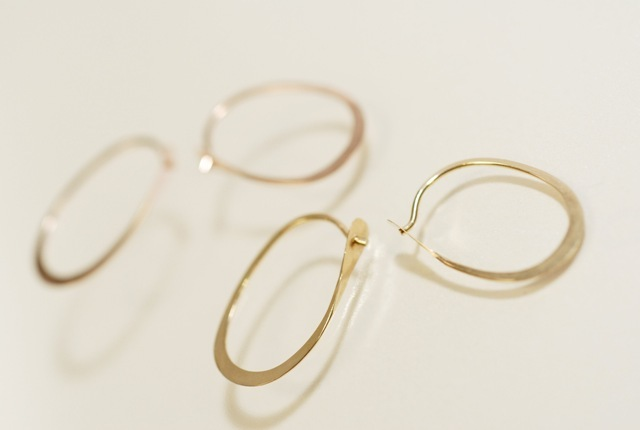 Melissa Joy Manning 「Oval Hoops」 ゴールドピアス S (W13×H20mm)
