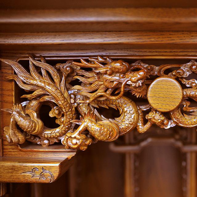 豪華な透かし彫りの龍の彫刻