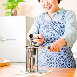 家庭用油しぼり機 SHIBORO2【送料無料】☆無添加の美味しさを!あなたの種を油にします!の画像