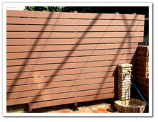 玄関横のブロック塀の目隠し&装飾目的による人工木ボーダーフェンス
