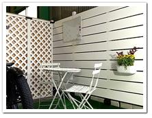 倉庫内に立てた人工木ホワイトフェンス&ラティス