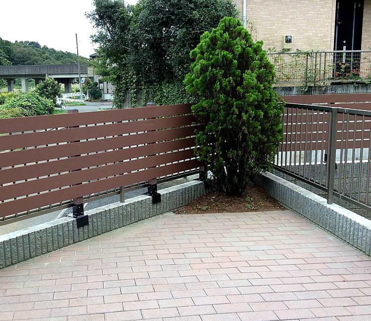 擁壁上への人工木ボーダーフェンス完成
