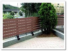 既設ブロック上への人工木ボーダーフェンス設置