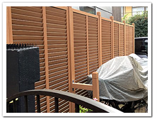 玄関前通路への人工木ルーバーラティス設置例