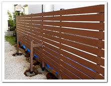 植栽伐採後の人工木目隠しボーダーフェンス設置例