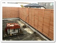屋上バルコニーへの人工木ルーバーラティス設置
