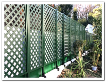 お庭周囲に設置した人工木ラティス(グリーン塗装)