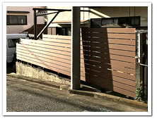 前面道路とリビングを仕切る人工木ボーダーフェンス設置例