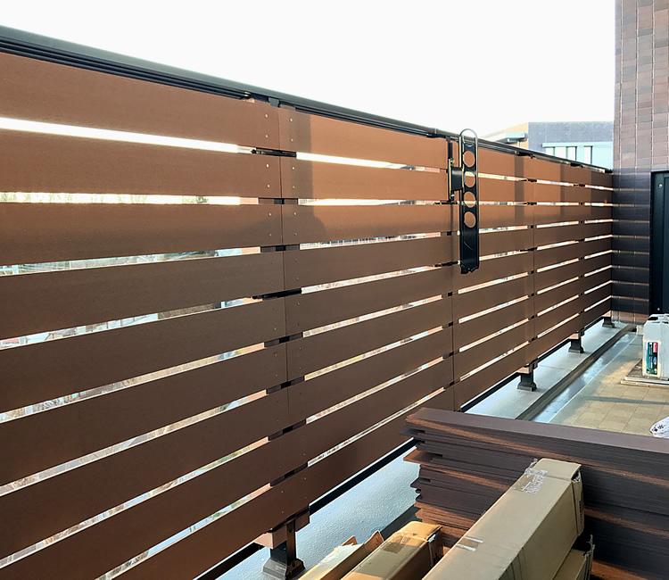 ベランダへの人工木フェンス完成