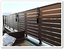 マンションベランダに設置した人工木ボーダーフェンス