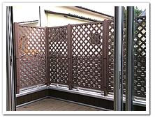 テラスへの装飾と軽い目隠しを兼ねた人工木ラティスの設置