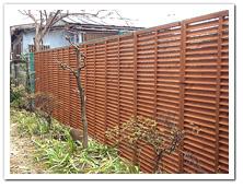 既存フェンスを目隠しした天然木ルーバーラティス1890