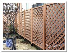 オープン外構への人工木ラティスベージュ色設置