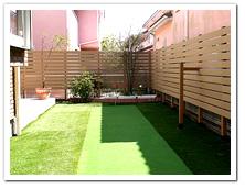 お庭周囲への人工木目隠しフェンス(ベージュ色)設置例
