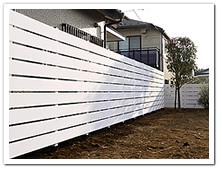 お庭周囲へL型に設置した人工木ホワイトボーダーフェンス