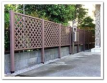 玄関周りへの人工木ラティス(ブラウン色)設置例