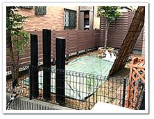 お庭周りを装飾した人工木ボーダーフェンスと枕木