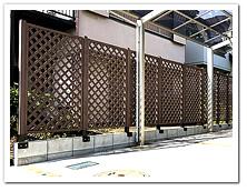 隣家境界ブロック上への人工木ラティス1590設置例
