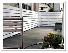 お庭周囲へ設置したホワイト色の人工木ボーダーフェンス