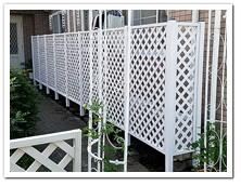 玄関通路脇への人工木ホワイトラティス設置例
