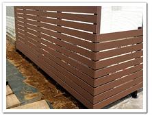 隣家との駐車場の境界に設置した人工木フェンス
