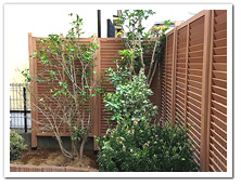 お庭周囲にL型に設置した人工木ルーバー&ラティス門扉