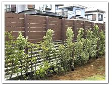 既存フェンスを嵩上げした人工木ボーダーフェンス設置例