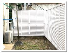アパートの専用庭を目隠しした人工木ルーバー&フェンス設置例