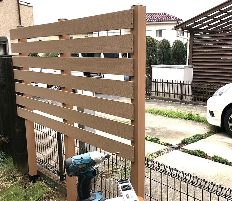 ベージュ色のフェンス設置スタート