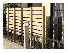 樹木撤去後の人工木ボーダーフェンス(ベージュ色)設置例