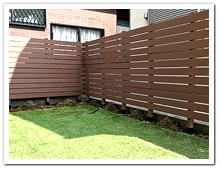 オープン外構のお庭に設置した人工木ボーダーフェンス(BR)