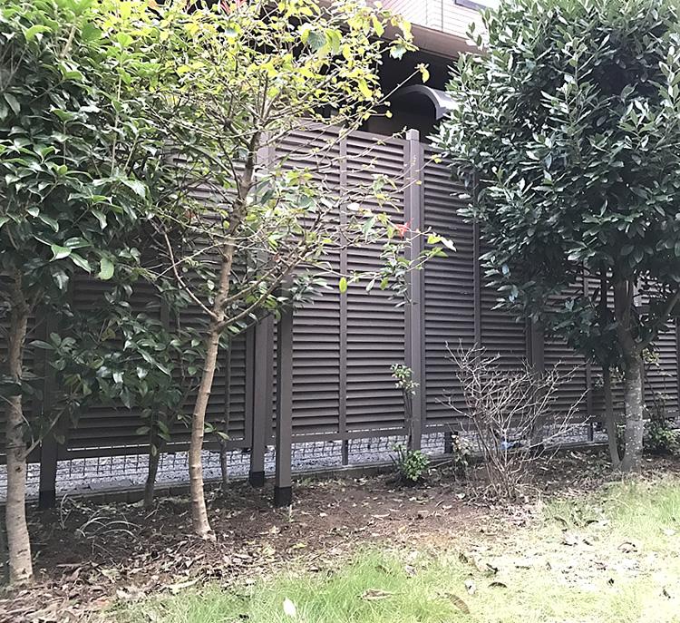 隣家境界沿いへの人工木ルーバーラティス完成!
