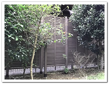 隣家との境界沿いに設置した人工木ルーバーラティス(DB)