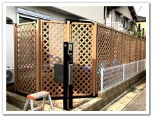 新築のお庭周囲に設置した人工木ラティスフェンス(ベージュ色)
