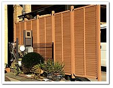 隣家との目隠し目的による人工木ルーバーの設置
