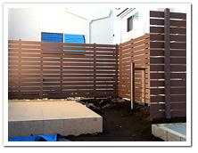 オープン外構への人工木横張りフェンス設置