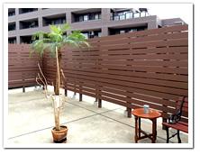ルーフバルコニーへの人工木ボーダーフェンス設置例