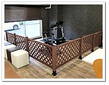 ジムスペース仕切りとしての人工木ラティス設置例