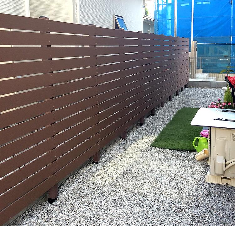 一直線の人工木ボーダーフェンス