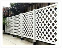 駐車場脇に設置した人工木ホワイト塗装ラティス