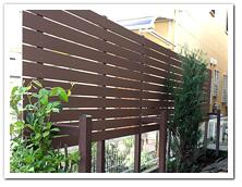 隣家との境界沿いに設置した人工木ボーダーフェンス