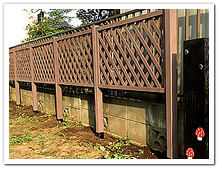 お庭の装飾と目隠しを兼ねた人工木ラティス設置例