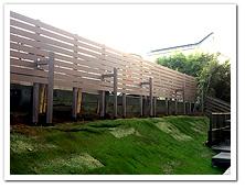 駐車場とお庭を仕切る人工木フェンス設置例