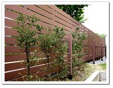 通りに面した部分への人工木目隠しフェンス設置例