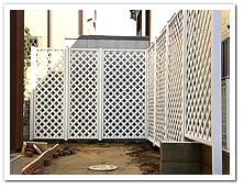 お庭への人工木ホワイトラティス(L型)設置例