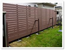 境界フェンス沿いへの人工木目隠しフェンス設置