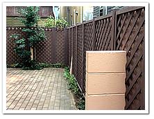 自宅周囲フェンスへの人工木ラティス設置例